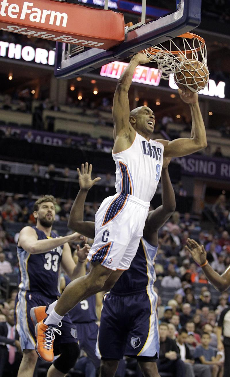 Walker scores 31, Bobcats hold off Grizzlies 92-89