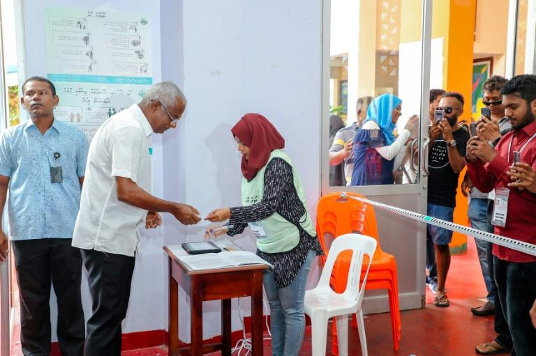 Official results showed opposition Maldives candidate Ibrahim Mohamed Solih (2L)as the clear winner with 58.3 percent, the biggest margin of victory in any election since the advent of democracy in 2008