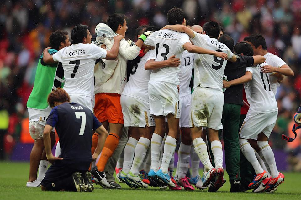 LONDON, ENGLAND - AUGUST 07: Mexico players celebrate after beating Japan during the Men's Football Semi Final match between Mexico and Japan, on Day 11 of the London 2012 Olympic Games at Wembley Stadium on August 7, 2012 in London, England. (Photo by Jeff J Mitchell/Getty Images)