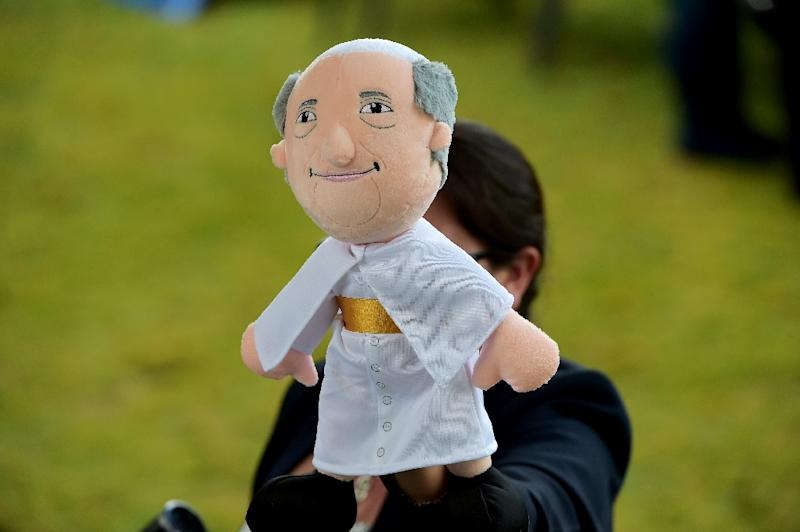 Pope Francis called for dialogue in front of nearly one million people at an outdoor mass in Ecuador's capital on July 7, 2015 (AFP Photo/Vincenzo Pinto)