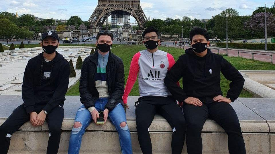 Lunarmetal (first from right), together with his teammates in France (Photo: Lunarmetal)