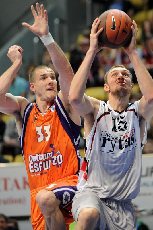 Valencia's Nik Caner-Medley (R) vies with Vilnius Lietuvos Rytas's Mindaugas Katelynas during an Eurocup semi-final basketball match between Valencia and Lietuvos Rytas in Khimki, outside Moscow, on April 14, 2012. AFP PHOTO / KIRILL KUDRYAVTSEV