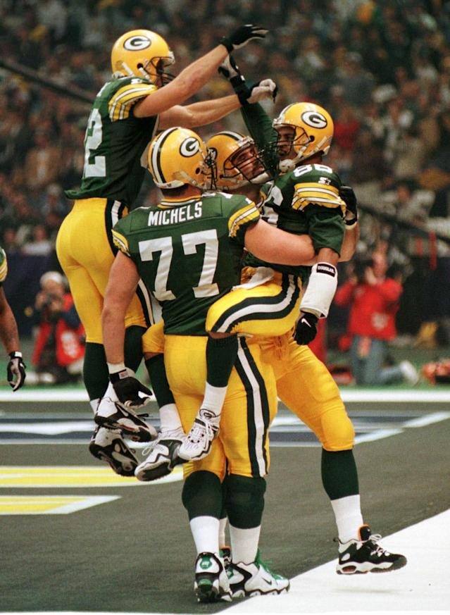 Antonio Freeman (R) of the Green Bay Packers is congratulated by teammates Don Beebe (L), John Michels (C) and Mark Chmura (rear) after Freeman scored a touchdown giving the Packers a 17-14 lead over the New England Patriots in the second quarter of Super Bowl XXXI, in New Orleans, January 26. Freeman's 81-yard pass reception for the touchdown is the longest in Super Bowl history. SPORT SUPERBOWL