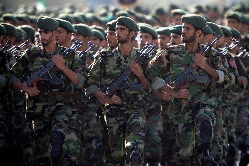 Members of Iran's Revolutionary Guards march during a military parade to commemorate the 1980-88 Iran-Iraq war in Tehran September 22, 2007. REUTERS/Morteza Nikoubazl/File Photo