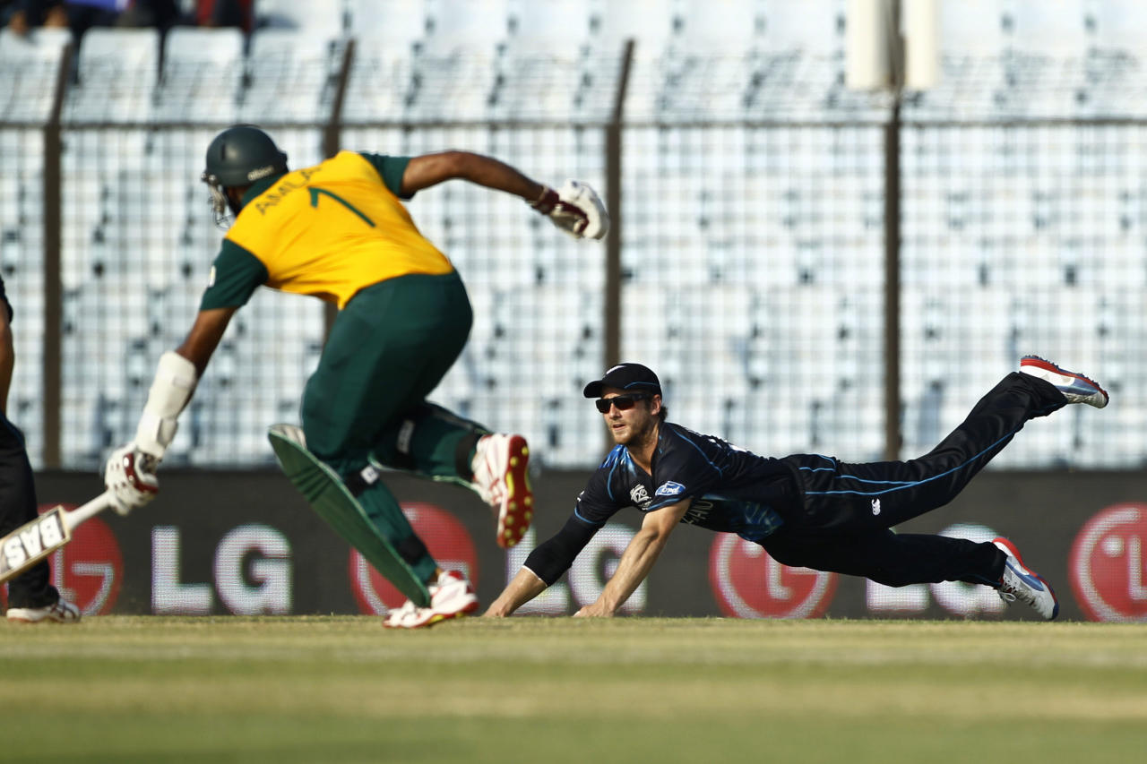 New Zealand's Kane Williamson, right, drives to break the wickets, as South Africa's Hashim Amla runs to make his ground during their ICC Twenty20 Cricket World Cup match in Chittagong, Bangladesh, Monday, March 24, 2014. (AP Photo/A.M. Ahad)