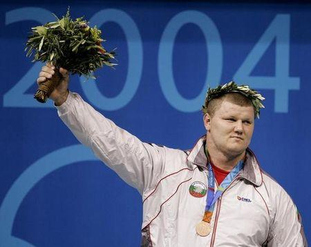 Bulgaria's Velichko Cholakov celebrates his bronze medal in the men's +105 kg weightlifting event at the Athens 2004 Olympics Games August 25, 2004. REUTERS/Andrea Comas  RUS/AA