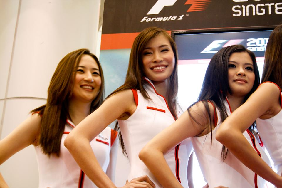 The girls smile while waiting for the announcement of the winner. (Yahoo! photo)