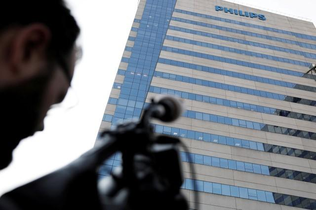 Cameraman records the Philips headquarters in Barueri