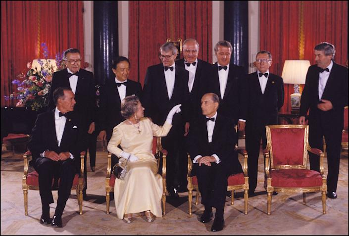 UNITED KINGDOM - JULY 16:  Queen Elizabeth receives G7 members at Buckingham Palace in London, United Kingdom on July 16, 1991.  (Photo by Chip HIRES/Gamma-Rapho via Getty Images)