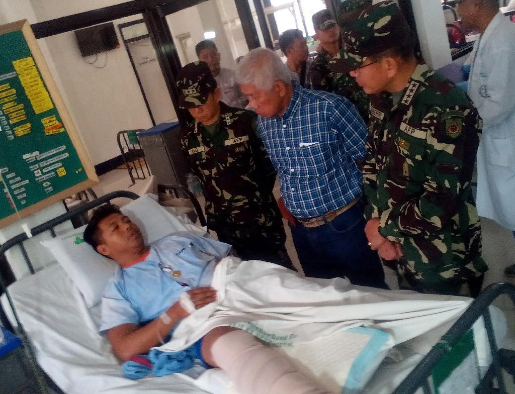Philippines Defense Secretary Voltaire Gazmin (2nd R) and military chief General Hernando Iriberri (R) visit soldiers at a military hospital in Zamboanga, Philippines on April 10, 2016 a day after soldiers clashed with Abu Sayyaf (AFP Photo/Stringer)