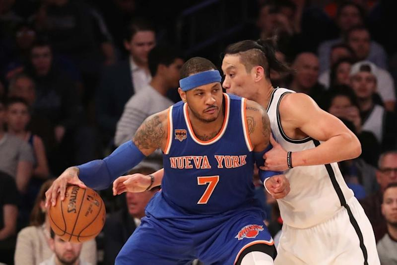Carmelo Anthony posts up with Knicks