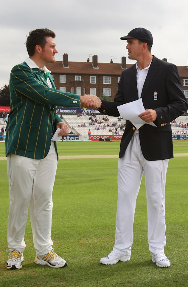 LONDON - AUGUST 07:  Captain Graeme Smith of South Africa and Kevin Pietersen of England shakes hands at the toss ahead of day 1 of the 4th Npower Test Match between England and South Africa at the Oval on August 7, 2008 in London, England.  (Photo by Tom Shaw/Getty Images)