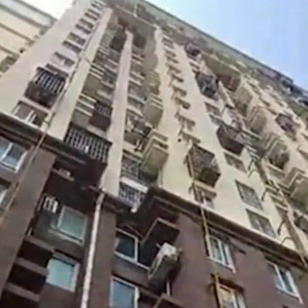 The residential building from which the boy jumped out of a tenth-storey window. - QQ.com