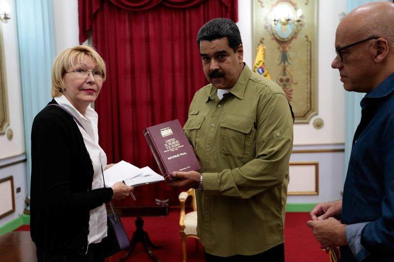 Venezuela's President Nicolas Maduro (C) talks to Venezuela's Prosecutor Luisa Ortega Diaz (L) during a meeting at Miraflores Palace in Caracas, Venezuela April 1, 2017. Miraflores Palace/Handout via REUTERS