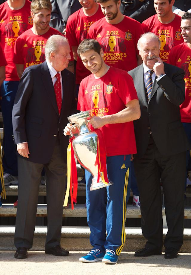 MADRID, SPAIN - JULY 02: Iker Casillas (C) of Spain smiles holds the UEFA EURO 2012 trophy as he speaks with King Juan Carlos I of Spain (L) next to coach Vicente del Bosque at Zarzuela Palace on July 2, 2012 in Madrid, Spain. (Photo by Pool/Getty Images)