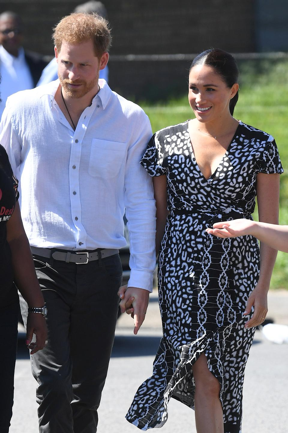 Prince Harry and Markle tour Cape Town. Image via Getty Images.
