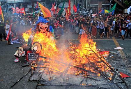 Protesters burn a effigy with a skull face during a National Day of Protest outside the presidential palace in metro Manila, Philippines September 21, 2017. REUTERS/Romeo Ranoco