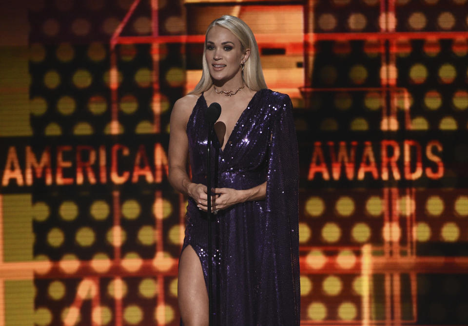 ARCHIVO - Carrie Underwood presenta la actuación de Christina Aguilera y A Great Big World en la ceremonia de los American Music Awards el 24 de noviembre de 2019 en Los Angeles. Underwood actuará en la ceremonia de los Latin American Music Awards el 15 de abril en Sunrise, Florida, anunció Telemundo el jueves 25 de marzo de 2021. (Foto por Chris Pizzello/Invision/AP, Archivo)