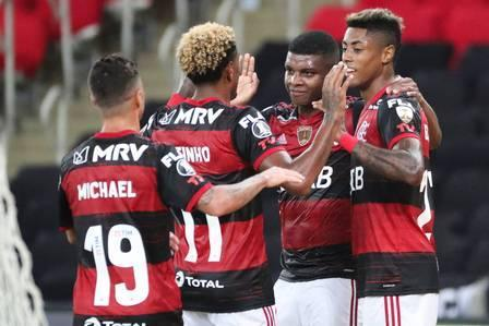 Brazil's Flamengo forward Lincoln (2nd R) celebrates with teamates after scoring against Colombia's Junior during the closed-door Copa Libertadores group phase football match at the Maracana stadium in Rio de Janeiro, Brazil, on October 21, 2020, amid the COVID-19 novel coronavirus pandemic. (Photo by SERGIO MORAES / various sources / AFP)