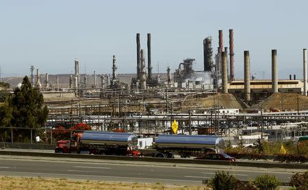 Chevron Corp's refinery is seen in Richmond, California, U.S. on August 7, 2012.   REUTERS/Robert Galbraith/File Photo
