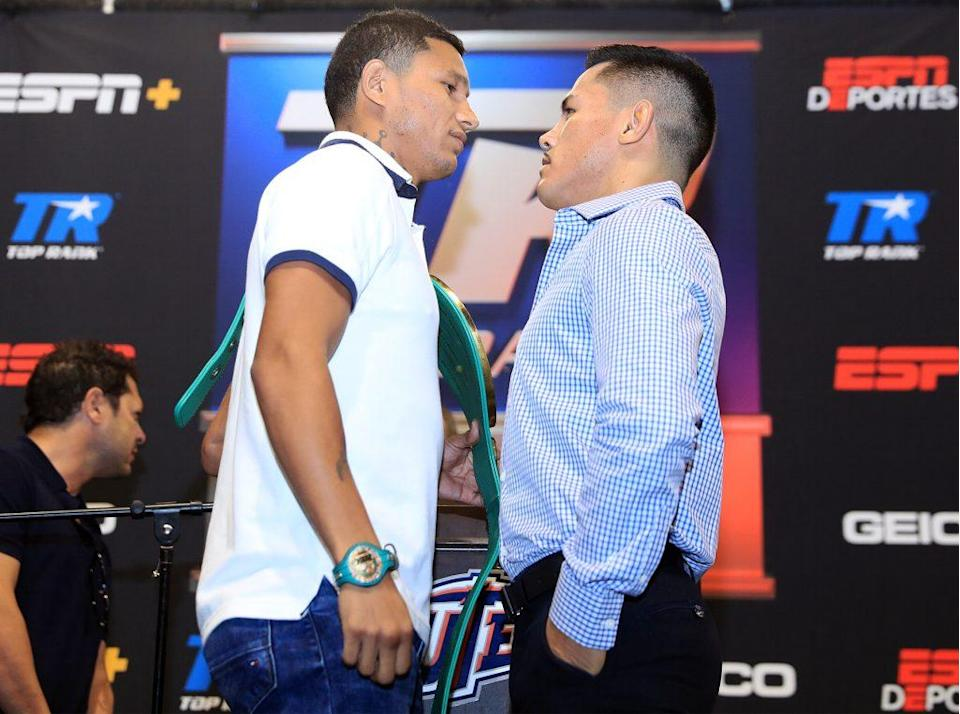 """Román (R) faces off with Miguel """"El Alacrán"""" Berchelt during a press conference on Sept. 15 in Las Vegas. (Photo courtesy Top Rank)"""