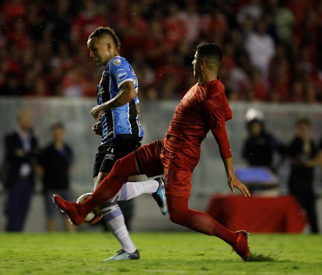 Soccer Football - Recopa Sudamericana first leg final - Argentina's Independiente v Brazil's Gremio - Libertadores de America stadium, Buenos Aires, Argentina - February 14, 2018. Independiente's Alan Franco and Gremio's Everton in action. REUTERS/Martin Acosta