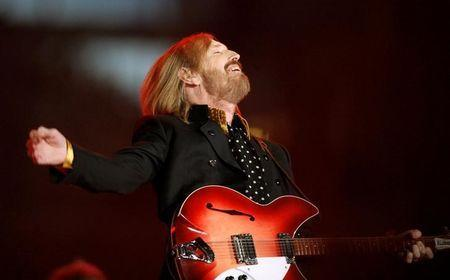 FILE PHOTO: Singer and songwriter Tom Petty performs during the half time show of the NFL's Super Bowl XLII football game between the New England Patriots and the New York Giants in Glendale, Arizona, U.S., February 3, 2008. REUTERS/Lucy Nicholson/File Photo