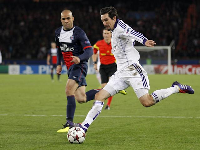 Anderlecht's Sacha Kljestan, right, prepares take a shot while PSG's Alex looks on during their Champions League group C soccer match against Paris Saint Germain in Paris, France, Tuesday, Nov. 5, 2013. The match ended in a 1-1 draw. (AP Photo/Michel Euler)