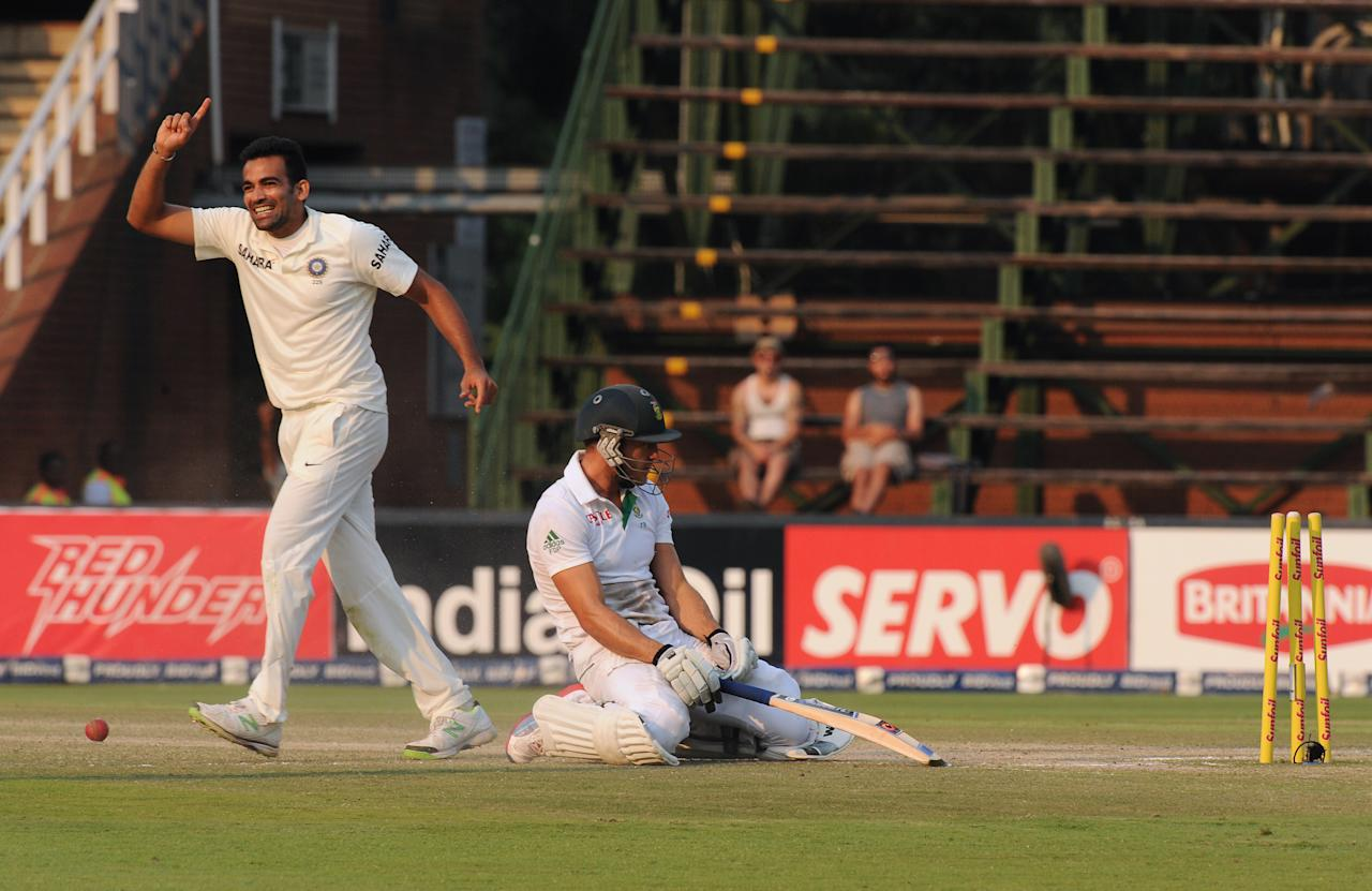 Indian bowler Zaheer Khan (L) celebrates taking the wicket of South African batsman Faf du Plessis who was runout by Ajinkya Rahane on the 5th day of a cricket Test match in Johannesburg at the Wanderers stadium on December 22, 2013. AFP PHOTO / STRINGER