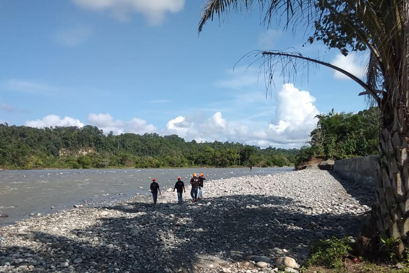 In this photo released by the Disaster Mitigation Agency of Bengkulu Province's Kaur District, rescue team search for victims of a bridge break on a river in Kaur district of Bengkulu province, Indonesia, Monday, Jan, 20, 2020. A footbridge on Indonesia's Sumatra island broke while it was packed with people and several fell into the overflowing river below and drowned, officials said Monday. (Disaster Mitigation Agency of Bengkulu Province's Kaur District via AP)