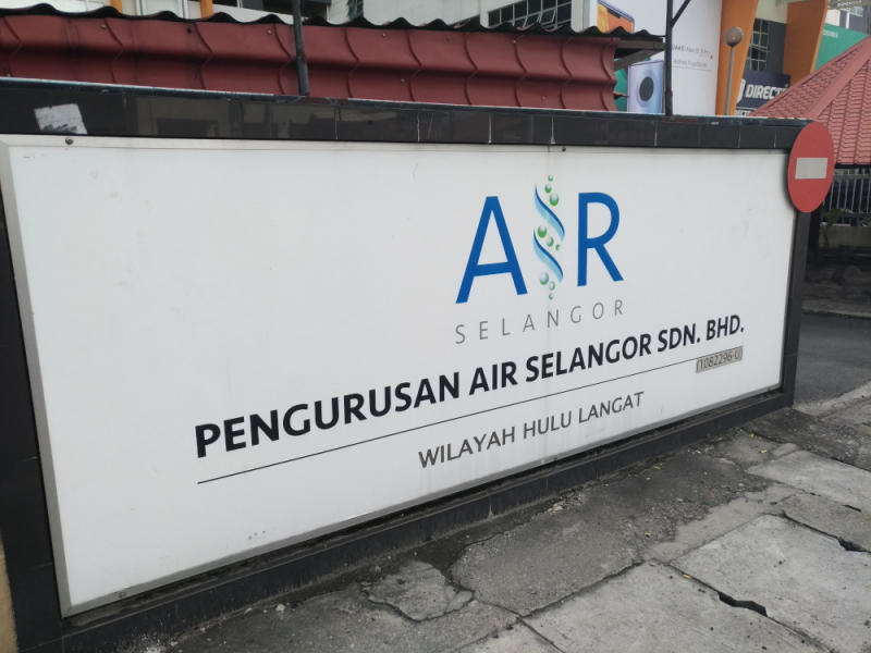 Air Selangor corporate communications chief Abdul Halem Mat Som said the reading remained at one-tonne level and occasionally rose up to two-tonne level despite ongoing efforts by relevant parties to restore the water supply. — Picture by Dawn Chin