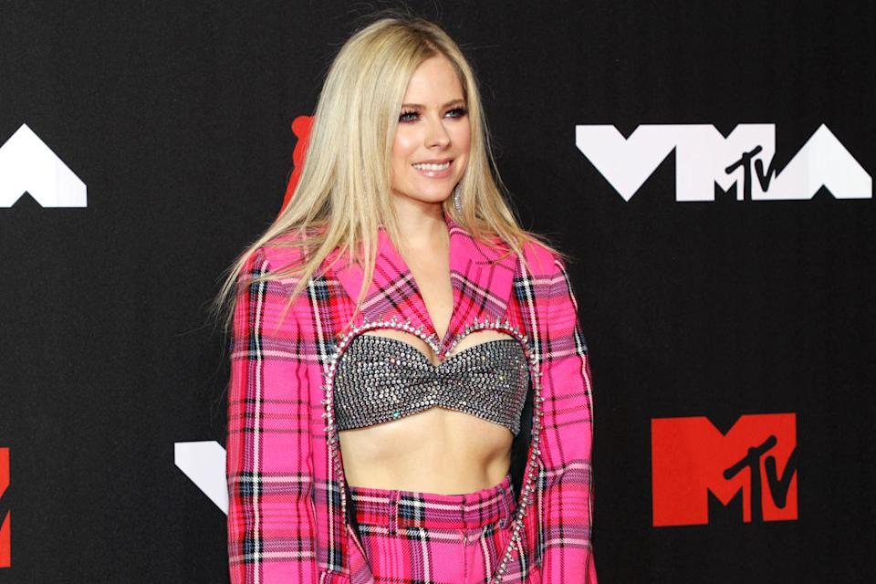 Avril Lavigne showed off her toned abs on the red carpet of the MTV VMAs in New York City (Image via Getty Images).
