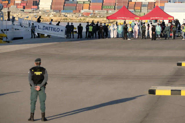 <p>Medical personnel and security stand on the dock awaiting the arrival of the Aquarius. (Photo: José Colón for Yahoo News) </p>
