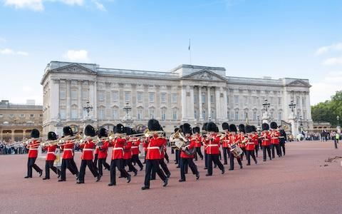 <span>Arrive at Buckingham Palace well in advance to get the best position from which to watch the Changing of the Guard</span>