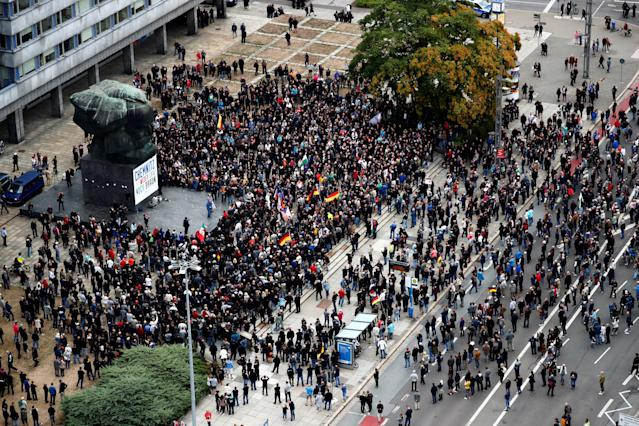 <p>People gather during demonstrations following the killing of a German man in Chemnitz, Germany, Sept. 1, 2018. (Photo: Hannibal Hanschke/Reuters) </p>
