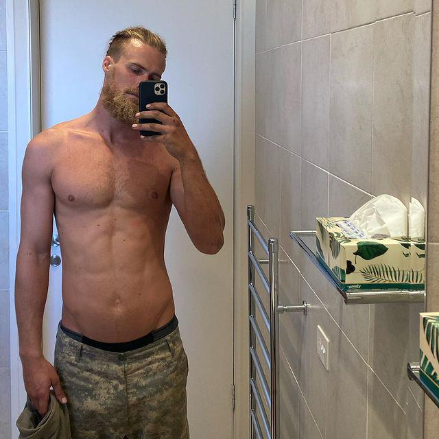 Jett Kenny takes a shirtless selfie in the bathroom