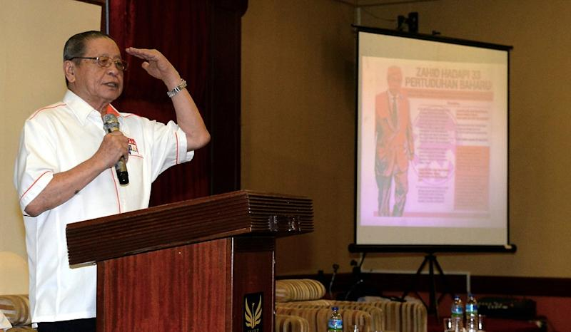 DAP's Lim Kit Siang delivers a speech during a ceramah session in Pontian November 8, 2019. — Bernama pic