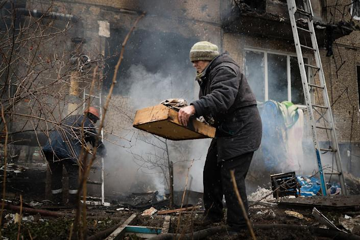 Residents try to salvage their belongings from a heavily damaged building after shelling between pro-Russian rebels and Ukrainian forces in Donetsk on February 9, 2015 (AFP Photo/Andrey Borodulin)