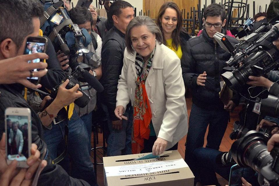 Bogota mayoral candidate Clara Lopez casts her vote on October 25, 2015 as Colombians turned out to provincial governors and local officials who will have a crucial role in implementing any peace agreement reached with leftist FARC rebels (AFP Photo/Diana Sanchez)