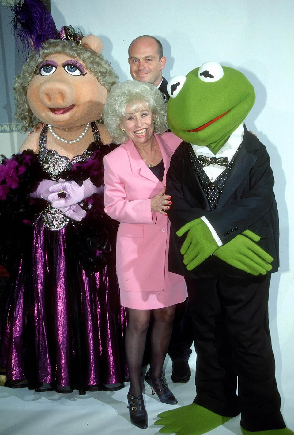 English actors Barbara Windsor and Ross Kemp from the television soap 'Eastenders' meet Miss Piggy and Kermit The Frog from 'The Muppet Show', 1996. (Photo by Larry Ellis Collection/Getty Images)