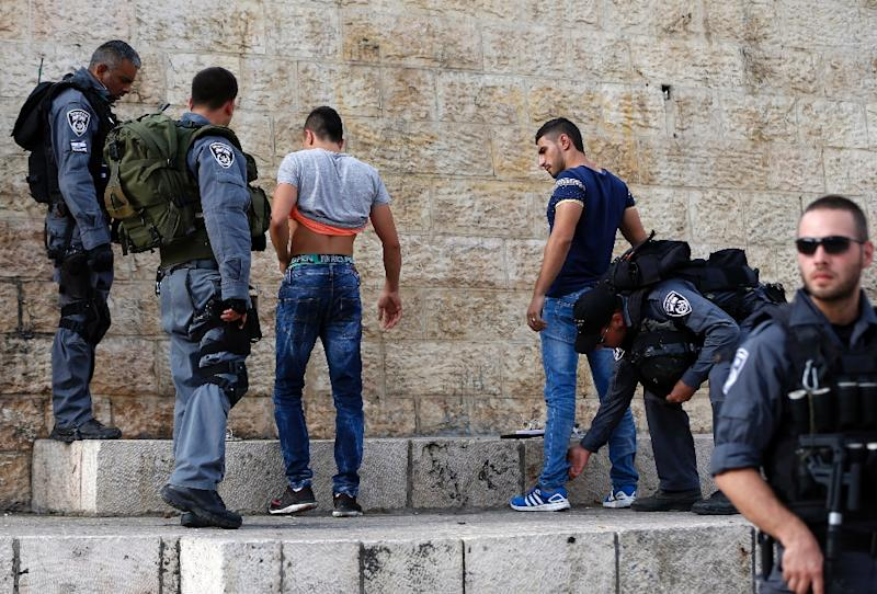 Israeli police check Palestinian youths at Damascus Gate in the Old City of Jerusalem on October 18, 2015 (AFP Photo/Ahmad Gharabli)