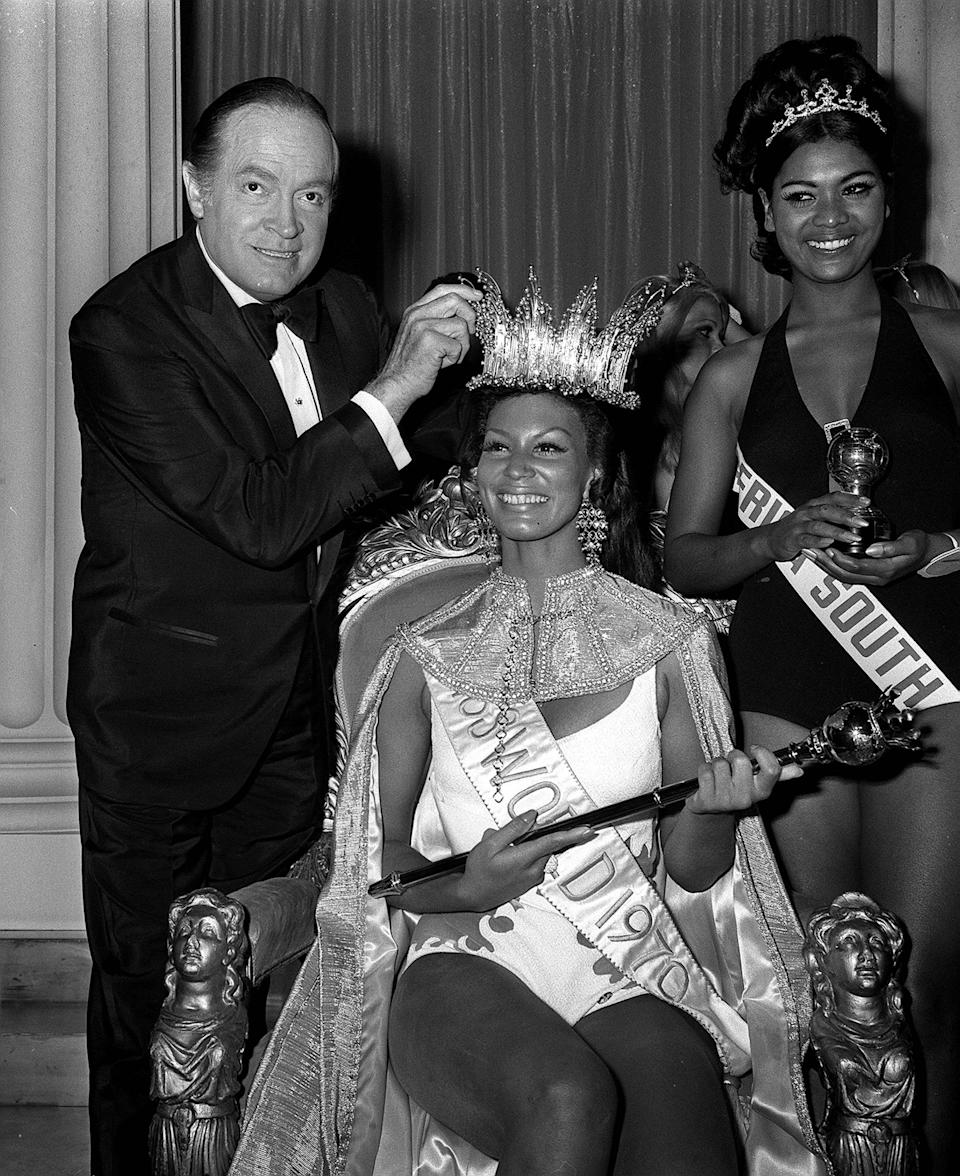 MISS WORLD 1970:  20/11/70  BOB HOPE CROWNS MISS GRENADA, MISS WORLD JENNIFER HOSTEN (22) DURING THE MISS WORLD CONTEST IN LONDON   (Photo by PA Images via Getty Images)