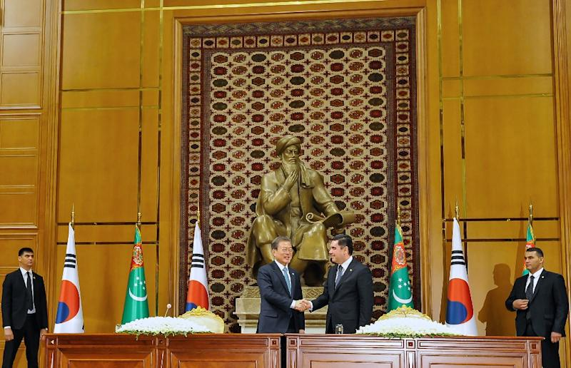 South Korean President Moon Jae-in's tour of Central Asia included a meeting with his Turkmen counterpart Gurbanguly Berdymukhamedov (AFP Photo/Igor SASIN)