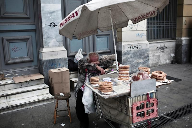 A street food vendor rests at the Omonoia square in Athens on June 7, 2015 (AFP Photo/Angelos Tzortzinis)