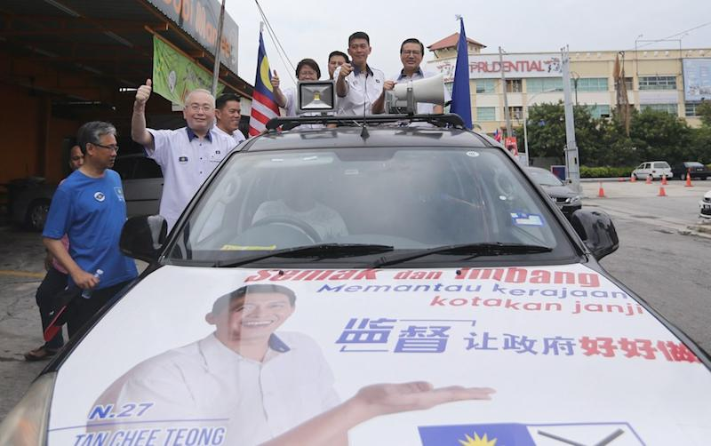 MCA president Datuk Seri Liow Tiong Lai, MCA deputy president Datuk Seri Wee Ka Siong and MCA Balakong candidate Tan Chee Keong pose for pictures during the launch of the Balakong Declaration August 28, 2018. — Picture by Razak Ghazali