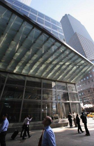 """People walk past Goldman Sachs headquarters in New York City. The trial of the biggest suspect in a US crackdown on Wall Street insider trading, former Goldman Sachs director Rajat Gupta, started with a prosecutor saying the brilliant Indian-born immigrant """"threw away his duties."""""""