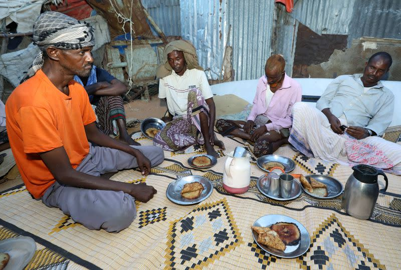 Displaced Somalis share Ramadan meal under shadow of COVID-19