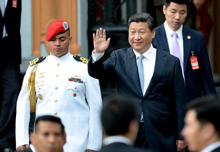 Xi Jinping waves while leaving the National Pantheon, in Caracas on July 20, 2014 (AFP Photo/Federico Parra)