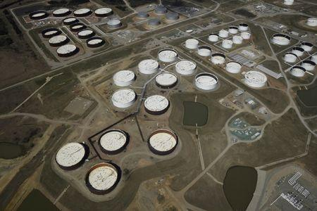 Oil supported by Iran sanction fears, holds near 2014 highs