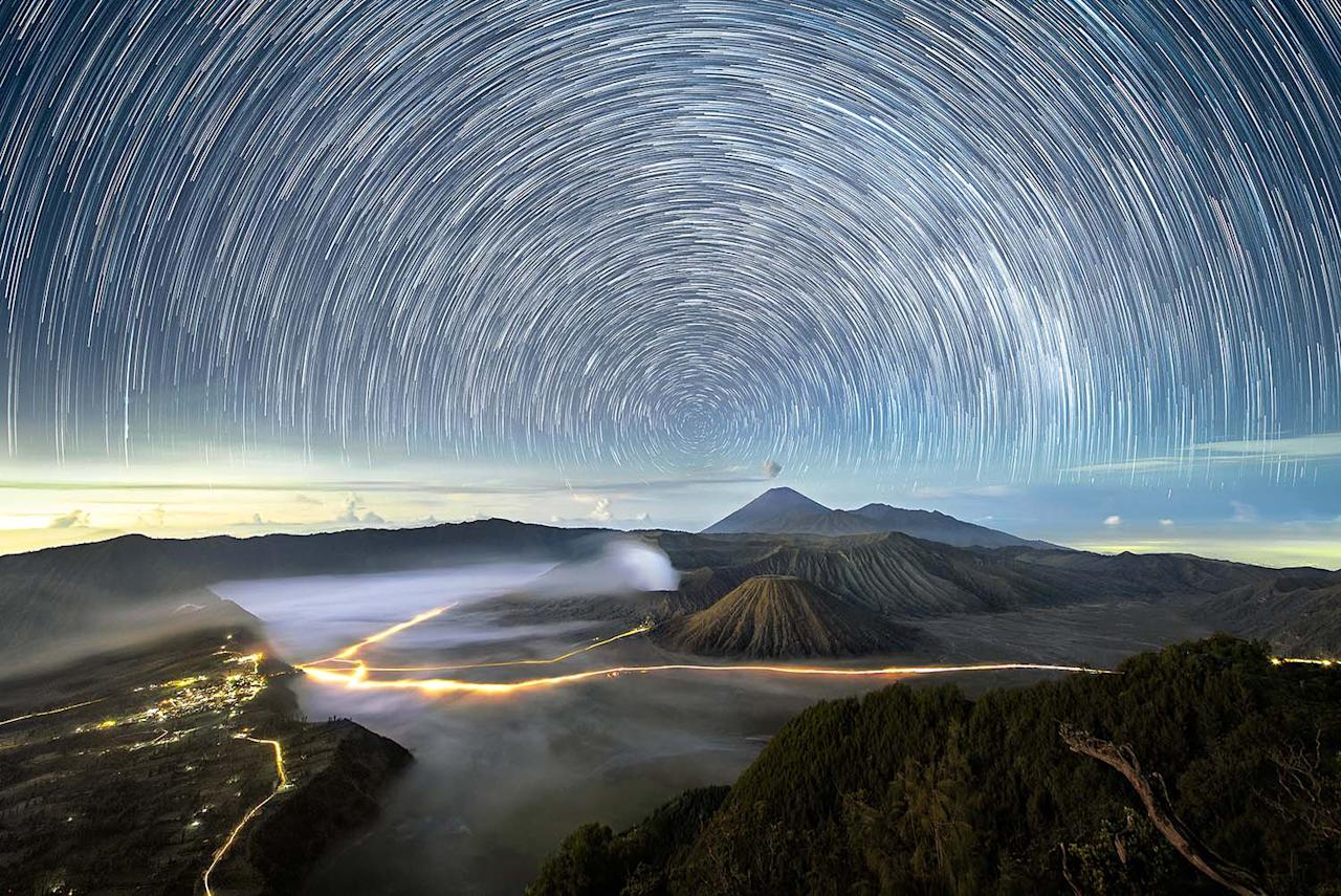 <p>A view of the night sky over Mount Bromo in Indonesia. (Photo: Grey Chow/Caters News) </p>